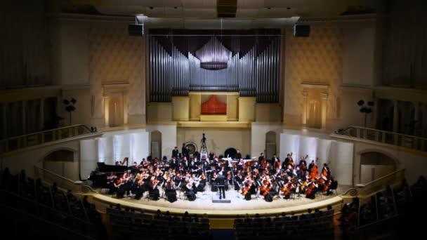 výkon symfonický orchestr Moskevské státní konzervatoři