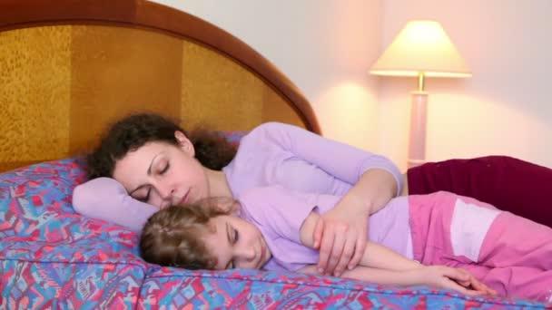 Anya és lánya feküdt az ágyon, és próbálja aludni