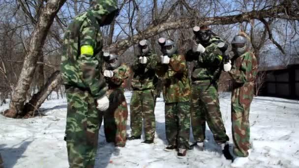 sedm teenageři paintball tým postavit a cíl zbraň na fotoaparát