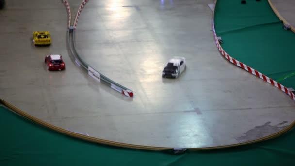 zase několik autíčko s dálkové ovládání jízdy na trati