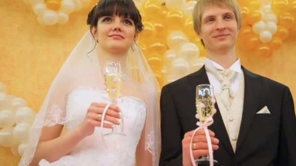 paar steht zusammen mit Champagner-Gläser