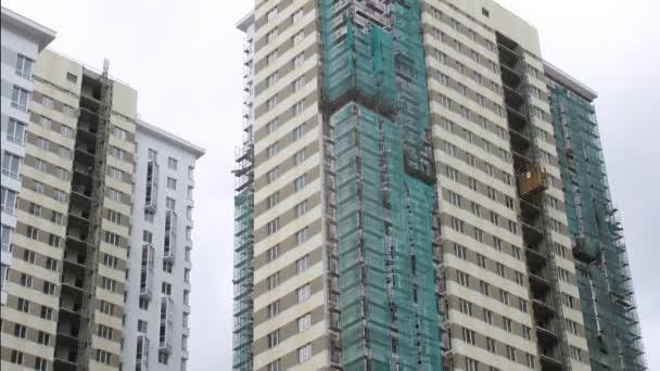 im Bau befindliche Häuser werden durch Gitter abgedeckt