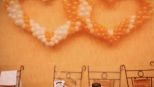 balónky rozloženy ve dvou srdcí a lahve šampaňského