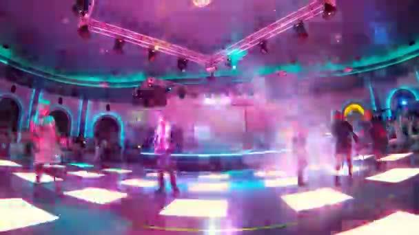 Skupina lidí tanec v nočním klubu na parketu