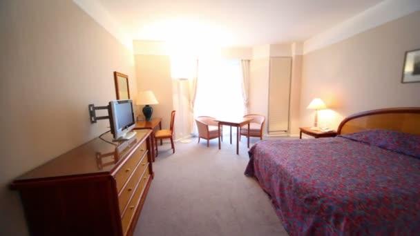 camera da letto con lampada, tv e alcuni mobili — Video Stock ...