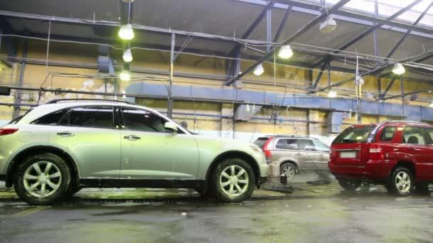 zaměstnanci prát s proudy vody některá auta na mytí aut