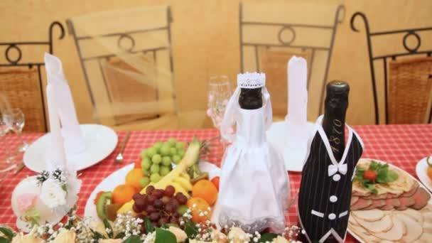 A gyümölcs és a hús snack, a pezsgő és a virágok táblázat