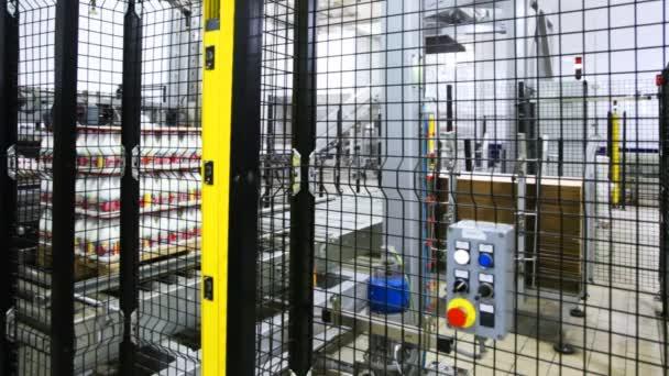 jeden průmyslový robot bere list mdf, klade na balení lahví s jogurtem a dalších zařízení má nové vrstvy top