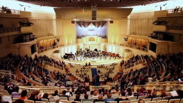lidé čekají na koncert v Čajkovského sále moskevské filharmonie