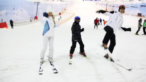 rodina s malým chlapcem Ukázat bojových umění na lyžování na sněhu