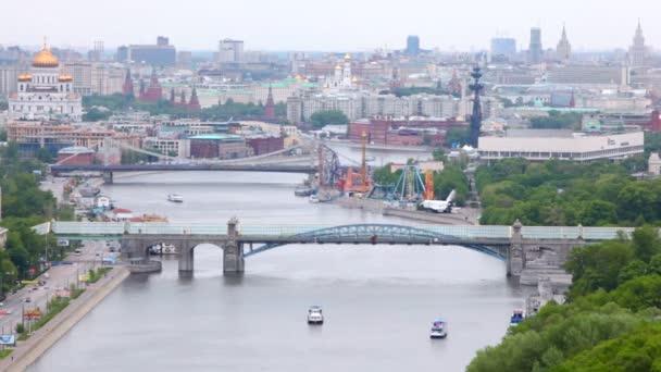 věží Kremlu a sféry kaloty chrám Krista Spasitele stojí za pushkinsky a Krymskom mosty