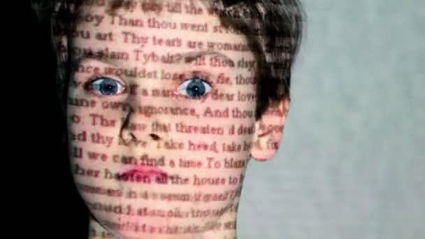 W Szekspira Romeo I Julia Ruchu Tekst Projekcji Na Twarzy Chłopca Z Szeroko Otwartymi Oczami