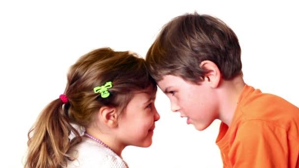 dvě děti chlapec a dívka hra