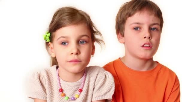 dvě děti chlapec a dívka se izolované