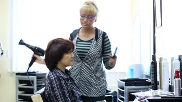 Fodrász hajszárító, a nő nem frizurát