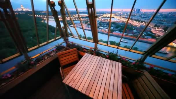 Panorama des Moskauer Bezirks ist von der Restaurantterrasse aus im Obergeschoss zu sehen