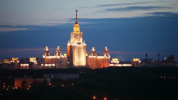 budova Moskevské státní univerzity stojí proti noční obloze