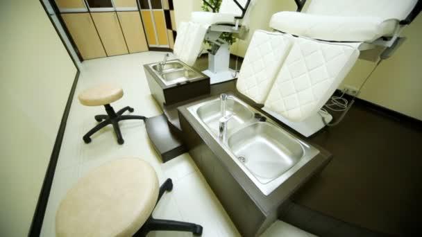 v místnosti pro pedikúru v salonu krásy jsou zvláštní sedadla a kabinet