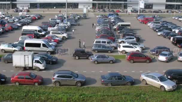 auto stojí na trávě, rozbitá ekologie na parkování poblíž crocus expo