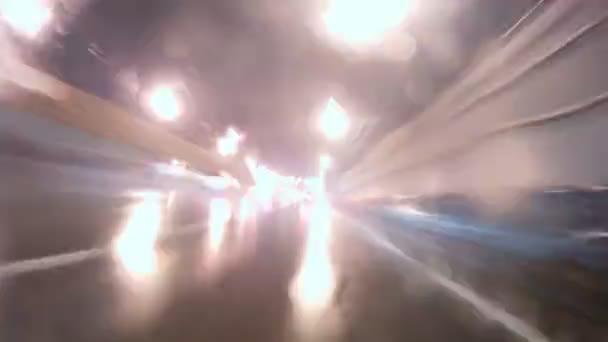 déšť jde a padá na čelní sklo auta