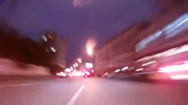 auta jít na široké silnici v centru