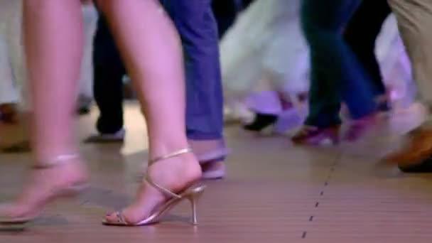 mnoho lidí tančit v Latinské Ameriky stylu, pouze nohy jsou viditelné