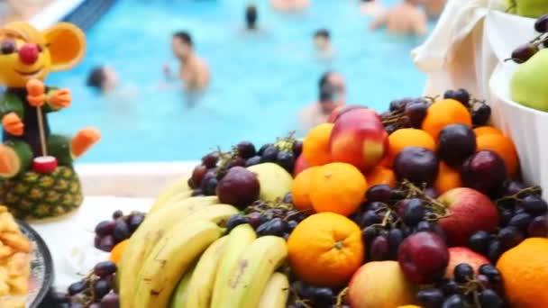 teljes, a banán, alma, őszibarack- és virág, zöldség tál