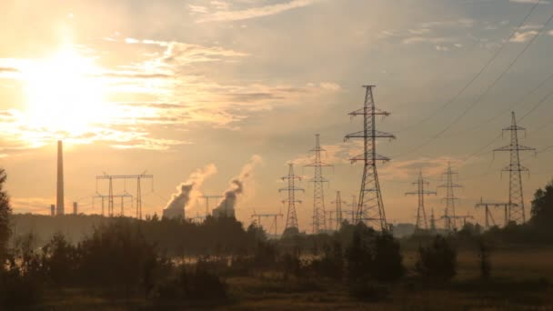 Strommasten Getriebe Linien zeichnen gegen Rohre der Anlage