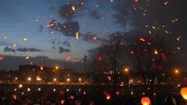 mnoho nebeských malé lucerny letět do noční oblohy, časová prodleva