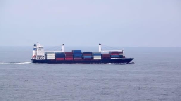 Velké nákladní lodi plné kontejnery plováky na vlny v moři