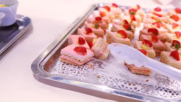 Malé dortíky stojí na bílý talíř na stůl v kuchyni