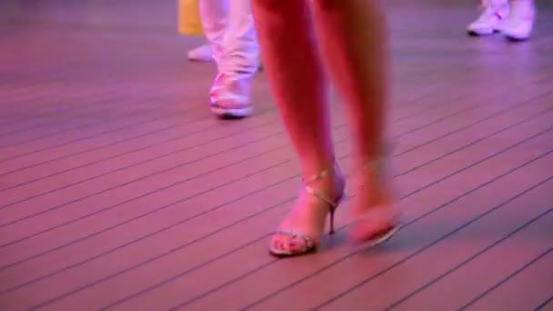 Womawoman dělá kroky během tance v Latinské Americe Styln dělá kroky během tance ve stylu Latinské Ameriky