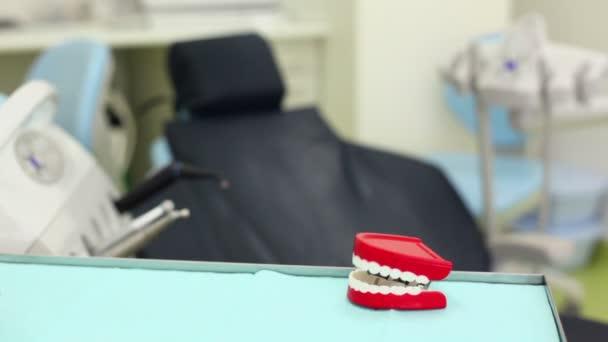 Big toy jaw knacks his teeth on table in dental surgery