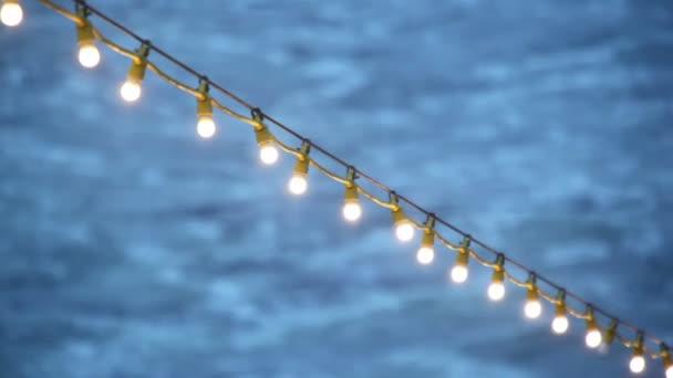Garland met verlichting op het dek van een schip dat in zee drijft ...