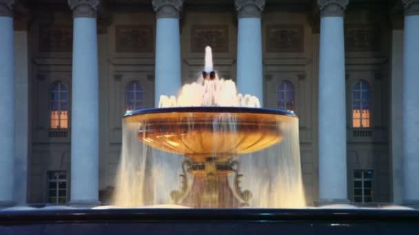 fontána s noční osvětlení poblíž bolshoy divadla budova