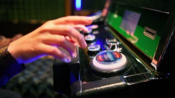 女人推按钮在赌场的播放机