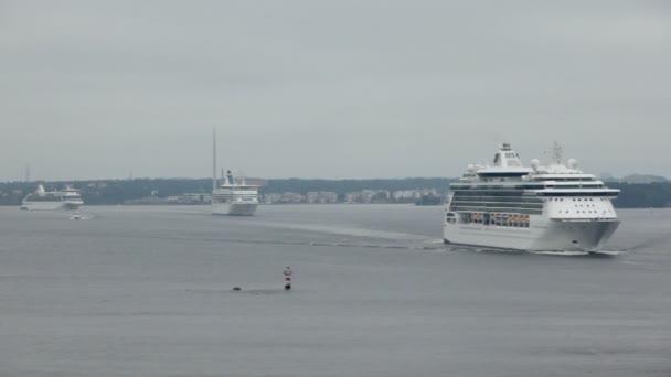 tři křižníky plout podél pobřeží poblíž Stockholmu