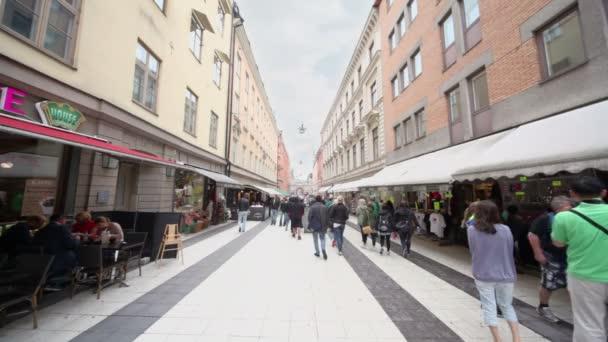 mnoho lidí chodí a posedět v kavárnách, na hlavní pěší ulice