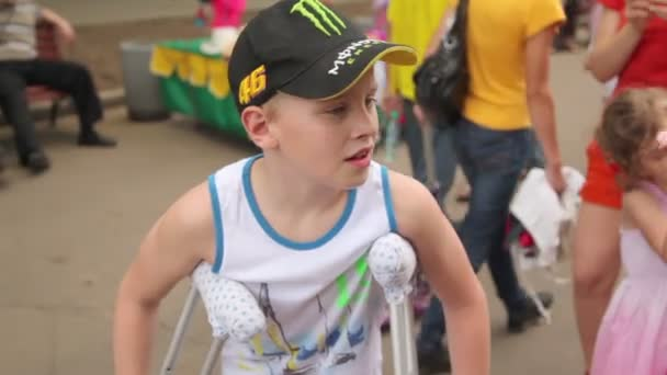 Resultado de imagen para imagenes chico con muletas