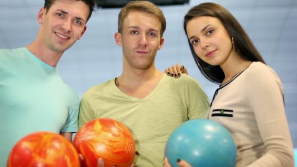 studenti tým drží bowlingové koule a úsměv, detailní zobrazení