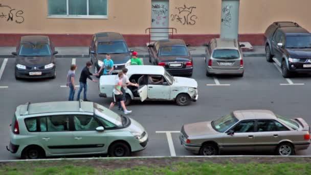 Skupina mladých chlapců nabízenou staré auto jej spustit