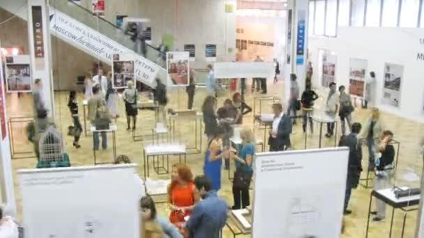 lidé komunikovat na výstavě architektury a designu