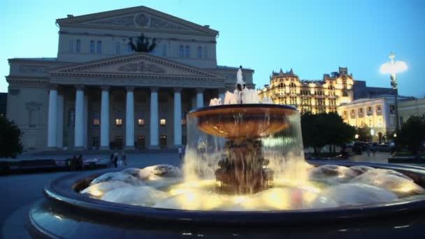 lidé chodí poblíž fountain vedle velký divadelní budova a guma