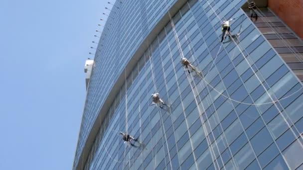 Zaměstnanci společnosti zvláštní čistit okna mrakodrap