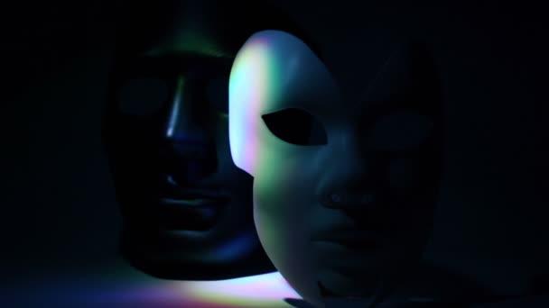 Dvojice divadelní masky černé a bílé osvětlena Barva světla