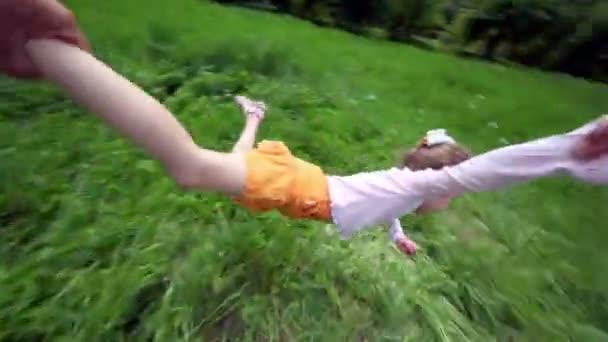 kéz tartja a lány az ő kezét és lábát, ő fű fölött repül