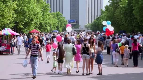 un sacco di gente nel parco sokolniki al giorno destate