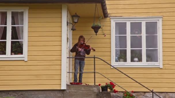 küçük kız oyun sundurma country House, keman üzerinde