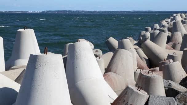 Počet konkrétních waterbreak a haldy kamení nakupené na pobřeží