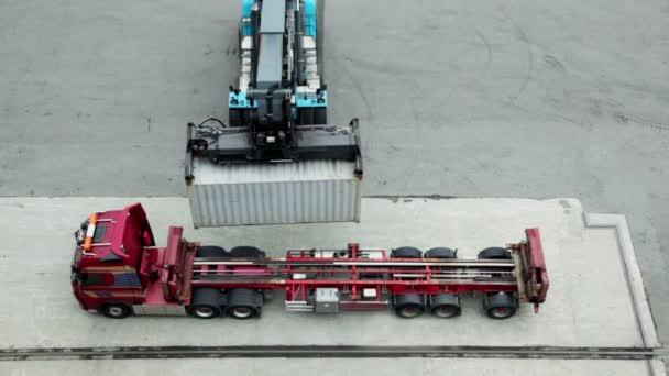 jeřáb se pohybuje a zatížení kontejneru kamionu, pohled shora